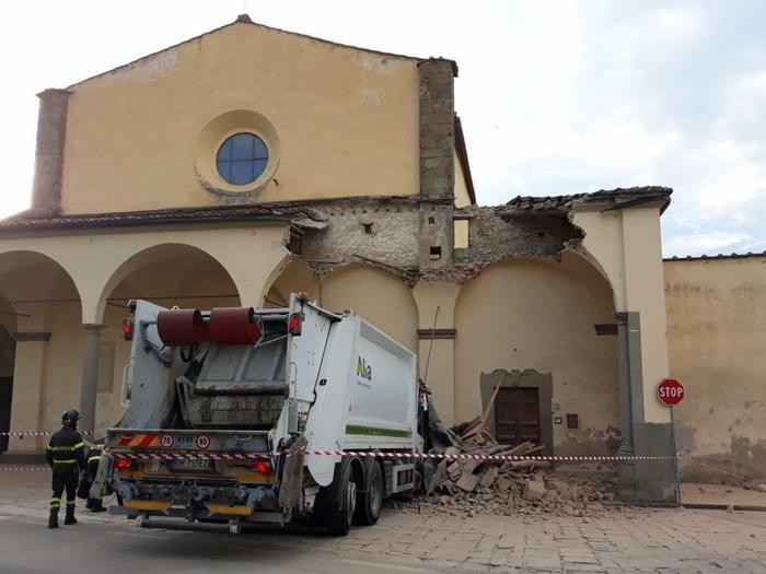 Calendario Alia Prato.Carmignano Prato Camion Rifiuti Abbatte Colonna Portico