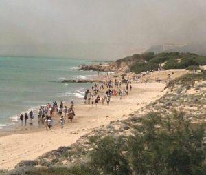 Ragusa, vasto incendio nella riserva di Kamarina: evacuato un Club Med (foto Ansa)
