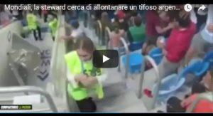 YOUTUBE La steward cerca di allontanare un tifoso argentino dalla scala ma arriva il gol: la reazione è da ridere (foto Ansa)