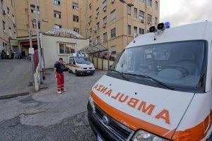 Napoli, sequestrano ambulanza nel pronto soccorso dopo incidente
