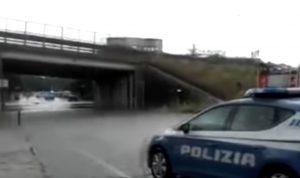 YOUTUBE Ancona, bomba d'acqua: donne bloccate in auto nel sottopassaggio salvate dai poliziotti