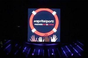 """Pearl Jam a Roma: """"Aprite i porti"""". Tifosi del governo indignati. Non si può esprimere opinione in democrazia?"""
