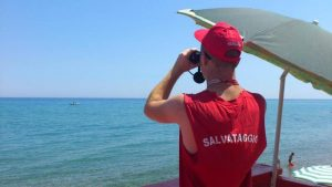 Porto Recanati: mare mosso, ma il bagnino chatta. Multa da mille euro