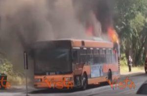 YOUTUBE Milano, autobus a fuoco a Lambrate: secondo incendio in pochi giorni