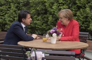 """Migranti, Merkel chiama Conte e assicura: """"Bozza Ue sarà accantonata"""""""