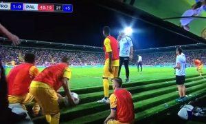 Frosinone, serie A a rischio: giocatori panchina lanciano palloni in campo, Palermo fa ricorso VIDEO