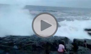 YOUTUBE Onda travolge turisti sulla scogliera a Goa, un morto