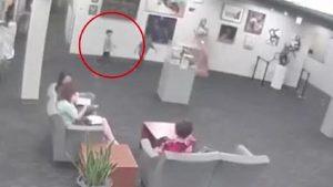 YOUTUBE Bimbo fa cadere la statua in hotel. Alla famiglia conto di 132mila euro