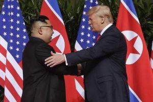 "Trump incontra Kim: storica stretta di mano a Singapore. ""Superati i problemi tra di noi"""