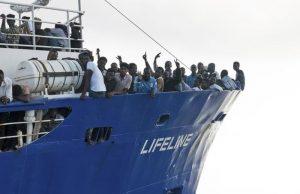 "Migranti, Salvini: ""Francesi ignoranti, Ong Lifeline fuorilegge, portatevela a Marsiglia"""