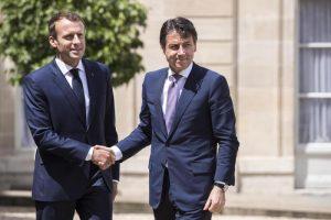 Macron insulta l'Italia, Conte gli bacia l'anello, sono 12 secoli che va avanti così...