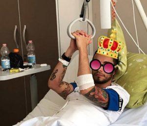 """Marco Carta, la foto per i fan dall'ospedale: """"Vi saluto tanto"""""""