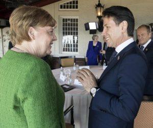 Germania, Angela Merkel cade sui migranti? Nella sua coalizione c'è chi li vuole rimandare in Italia e Grecia