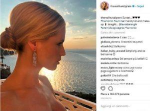 Michelle Hunziker, nella FOTO è scollata e guarda il tramonto. E quello strano messaggio