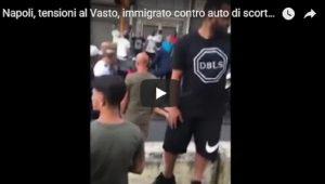 YOUTUBE Migrante si scaglia contro un'auto di scorta: tensione in piazza Principe Umberto