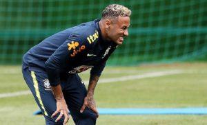 Brasile, allarme per Neymar: esce zoppicando dopo 15 minuti di allenamento (foto Ansa)