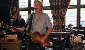Paul McCartney torna a Liverpool, concerto a sorpresa al pub