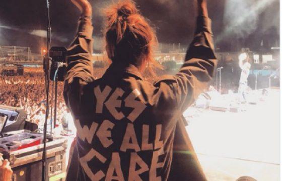 Pearl Jam a Milano, moglie Eddie Vedder e la giacca per rispondere a Melania Trump FOTO