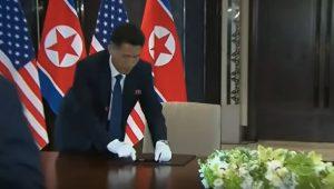 Singapore, Kim Jong-un cambia la penna poco prima di firmare l'accordo con Trump