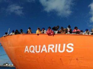 Porti chiusi gran consenso. Stop Ong taxi. Solo navi italiane più indietro. Così...affogano? (foto Ansa)