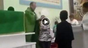 YOUTUBE Prete tira capelli e colpisce bambini durante la comunione