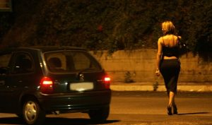 Prostituta, ex cliente la sposa e lavora per convincere clienti a rinunciare
