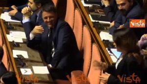 YOUTUBE Matteo Renzi invita Paola Taverna a sedere tra i banchi del Pd