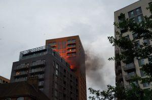 YOUTUBE Londra, incendio in un palazzo di 20 piani a Lewisham. Allarmi non funzionano: 150 persone in fuga