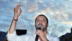 """Migranti, Salvini insiste: """"Porti sempre chiusi per le Ong, anche per i rifornimenti"""""""