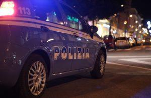 Roma: sniffa cocaina, litiga con un trans, scappa nudo con il motorino e... finisce malissimo