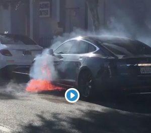 Auto Tesla prende fuoco: la attrice Mary McCormack riprende la scena VIDEO