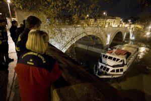Roma, donna cade nel Tevere, il compagno si tuffa con lei: salvati dalla polizia