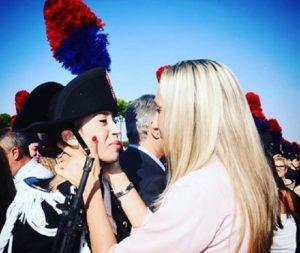 """Ministro Trenta posta la foto di un'allieva carabiniere con la madre: """"Qui c'è tutto"""""""