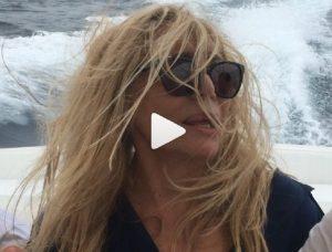 """Mara Venier terrorizzata sul gommone: """"Non so nuotare..."""" VIDEO"""