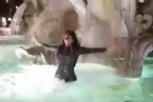 YOUTUBE Aida Nizar, bagno bis nella fontana di piazza Navona. E il web si indigna