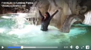 Aida Nizar si tuffa nella fontana dei Quattro Fiumi a piazza Navona VIDEO