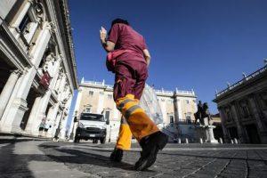 Ama Roma, i premi anti-assenteismo: netturbini pagati per non ammalarsi (non fingere di ammalarsi)