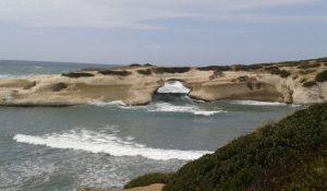 Sardegna. Divieto di mangiare e bere sulla spiaggia di S'Archittu. Troppi rifiuti