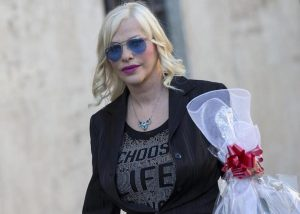 """Cicciolina piange davanti al Parlamento: """"Senza vitalizio me ne torno in Ungheria"""""""