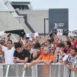 I tifosi della Juventus aspettano l'arrivo di Cristiano Ronaldo al J Medical per le visite mediche, Torino