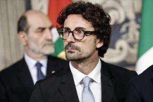 """Fs, Danilo Toninelli annuncia (ancora su Facebook): """"Battisti ad, Castelli presidente"""""""