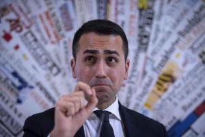 Di Maio strappa al Pd il premio Tafazzi: Meglio 50 milioni che 5 miliardi