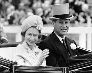 """Elisabetta II regina dal formidabile appetito sessuale. """"The Queen's marriage"""", il libro scandalo"""