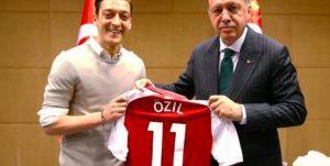 """Erdogan chiama Ozil: """"Inaccettabile il razzismo in Germania per la sua religione"""""""