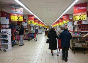 Lavoro nei giorni festivi, aperti solo il 25% dei negozi: il piano M5S