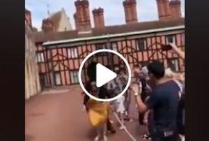 Turista intralcia la marcia per farsi un selfie: la guardia reale la travolge VIDEO