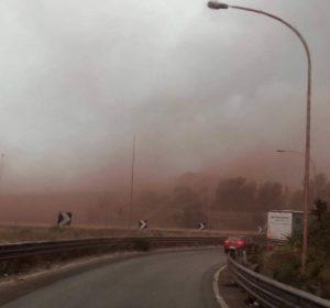 """Ilva, nube rossa su Taranto. """"Mentre vi beccate via Twitter, qui succede questo"""""""