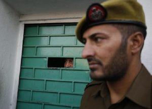India ,in una casa di Nuova Delhi trovati undici cadaveri, 10 erano impiccati e con gli occhi bendati (foto Ansa)