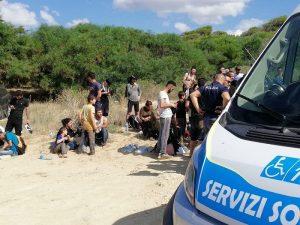 Calabria, sbarcano 56 migranti: turisti li soccorrono3