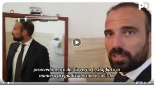 Luigi Marattin, il deputato Pd spiega il decreto dignità in bagno (sic!) VIDEO